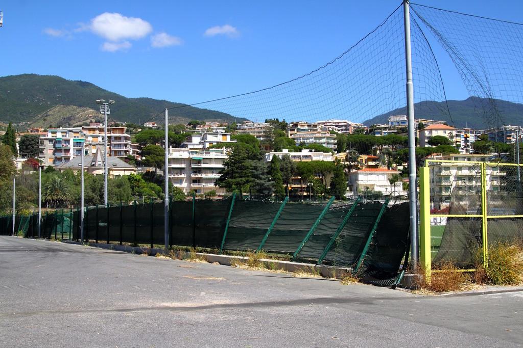 Sanremo: auto abbatte la recinzione del campo da calcio di Pian di Poma, serve un intervento prima della ripresa degli allenamenti (Foto)