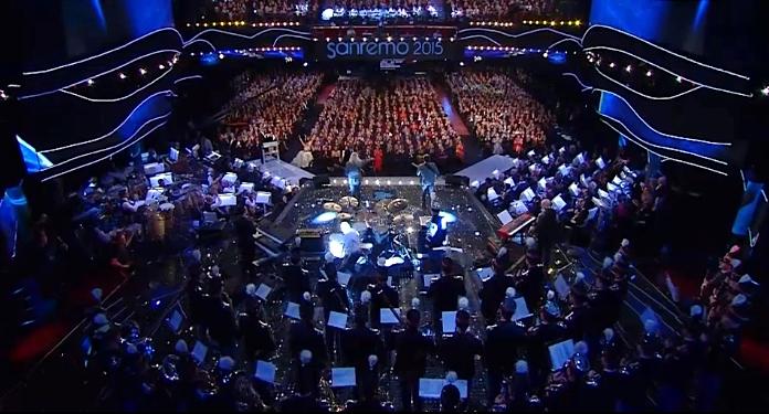 Il divano sul cortile dentro l 39 orchestra di sanremo - Musica divano era ...