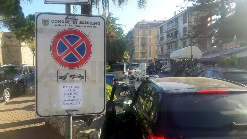 Sanremo: cartelli di divieto solo in italiano in corso Nazario Sauro, serata di super lavoro per Municipale e carro attrezzi