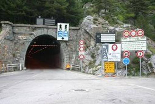 Riaperto il tunnel del Tenda dopo un problema tecnico: qualche incolonnamento per il 'rientro'
