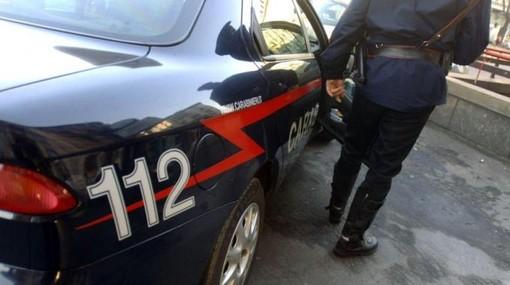 Si aggira tra Castelvittorio e Pigna in stato confusionale con due colli di bottiglia in mano: bloccato dai Carabinieri