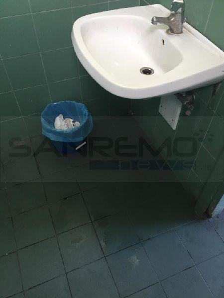 Bordighera cattivo odore e degrado nel bagno pubblico - Puzza di fogna in bagno ...