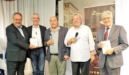 nella foto il presidente dell'Associazione I PalatiNati riceve il premio Custodi del Territorio