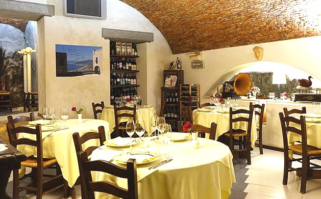 Da casetta nel centro storico di borgio verezzi sv for Arredamento ristorante rustico