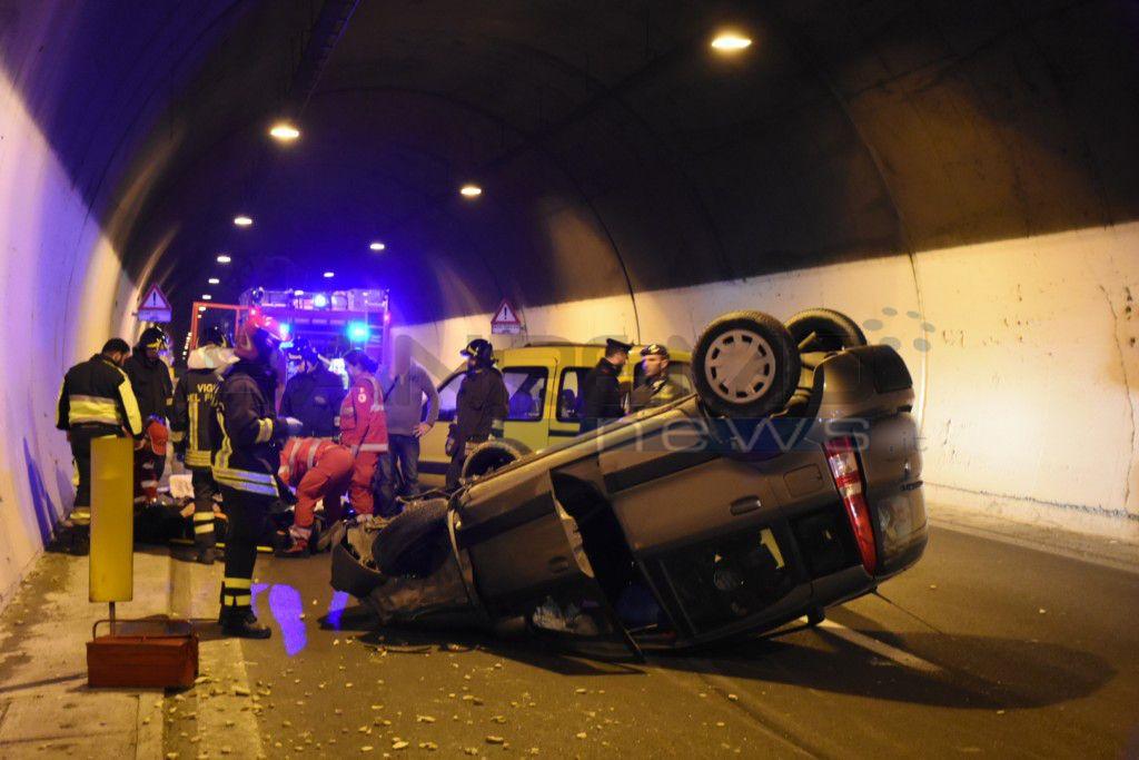 Taggia: scontro tra auto in Aurelia Bis, vettura ribaltata in galleria. Il bilancio è di due feriti (FOTO)