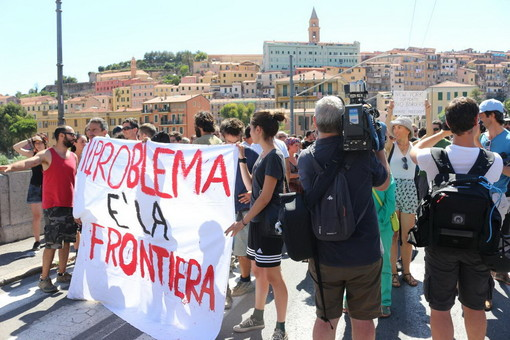 """Ventimiglia: """"corteo non autorizzato"""" all'indomani della morte dell'agente Diego Turra. Venti no border a processo"""