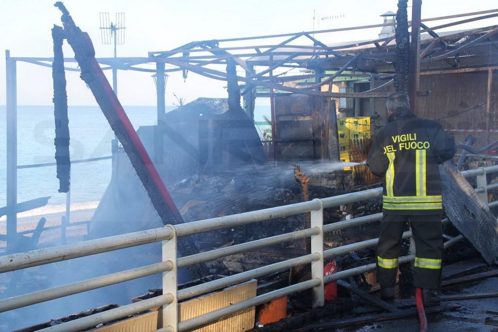 Bagni Chica Loca Bordighera : Bordighera distrutto da un incendio questa notte lo stabilimento