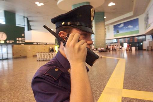 Rubavano le carte di credito ai passeggeri di Malpensa e facevano incetta di contatti: in carcere coppia di 'marsigliesi'