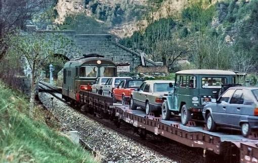 Una foto del 1987, quando le auto venivano trasportate su navette lungo la ferrovia Cuneo-Nizza