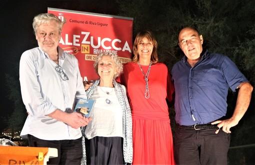 Riva Ligure: ieri sera in piazza Ughetto la presentazione del nuovo libro di Gianni Farinetti (Foto e Video)