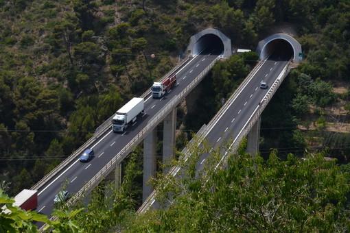 Rubano gasolio e fuggono in contromano sulla A10: coppia di stranieri nei guai a Bordighera