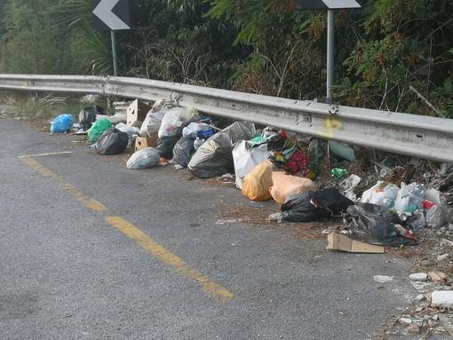 Imperia: discarica a cielo aperto lungo la Statale 28, rifiuti di ogni genere abbandonati a bordo strada (Foto)