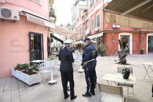 Ventimiglia: dopo i primi giorni con qualche eccesso ieri aperitivi rispettosi delle normative anti Coronavirus (Foto)
