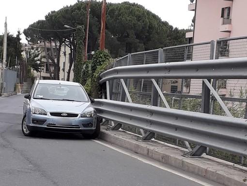 Sanremo: macchina parcheggiata in piena curva da giorni, dopo le multe nessuno la sposta (Foto)