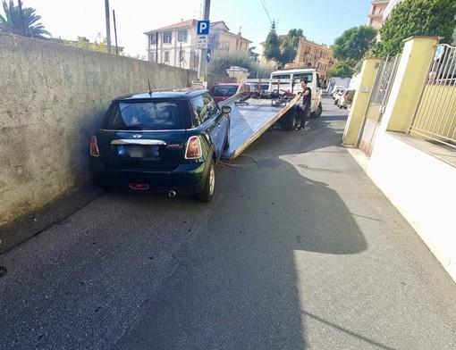 La rimozione dell'auto (foto Tonino Bonomo)