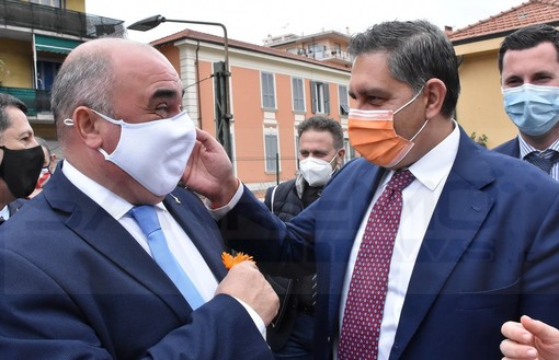 Ventimiglia: Andrea Spinosi sfoggia un fiore arancione a Toti, pronta l'uscita dalla Lega e l'approdo a 'Cambiamo'? (Foto)