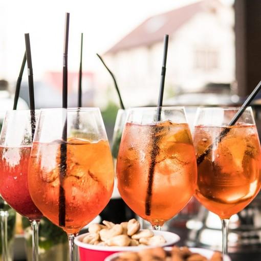 A Sanremo qualcuno si ostina a fare aperitivo creando assembramenti di fronte ai locali: una cattiva abitudine che può costare 280 euro di verbale