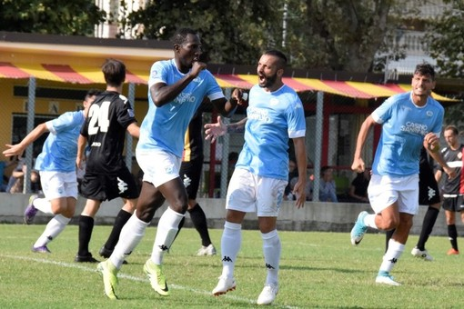 Ahmet Fall festeggia una rete con la maglia della Sanremese