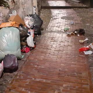 Sanremo: rifiuti abbandonati ogni sera nella zona di via Montà, la segnalazione di un lettore (Foto)