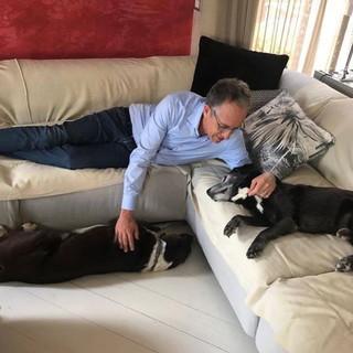 Alberto Biancheri con i suoi due cani, Speedy e Jacky