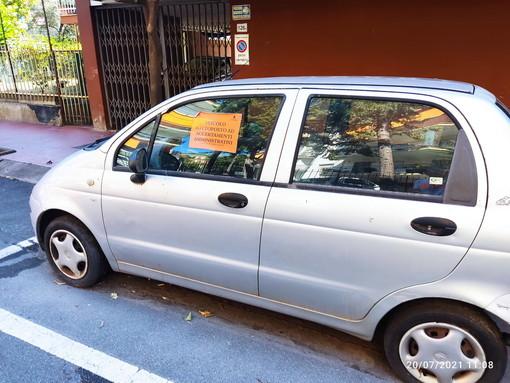 Sanremo: auto abbandonata da 8 mesi in strada San Martino, la segnalazione di un lettore (Foto)