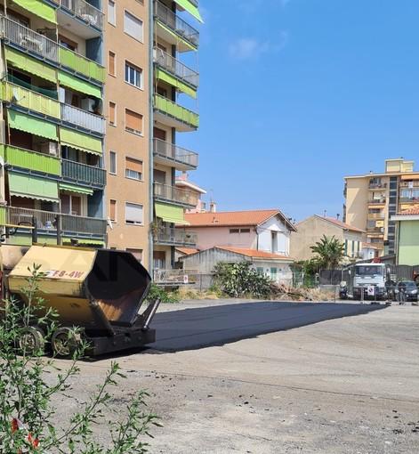 Ventimiglia: posa di asfalto al parcheggio nella zona dell'ex calzaturificio Taverna