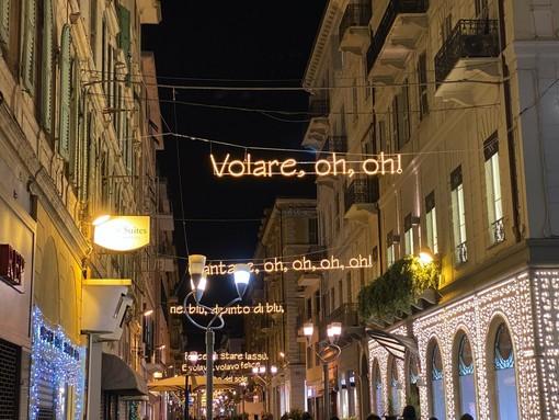 """Il testo di """"Nel blu dipinto di blu"""" che illuminava via Matteotti"""