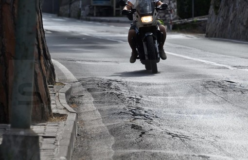 Sanremo: buche, brecce e dossi in via Padre Semeria, un cittadino interpella il Sindaco