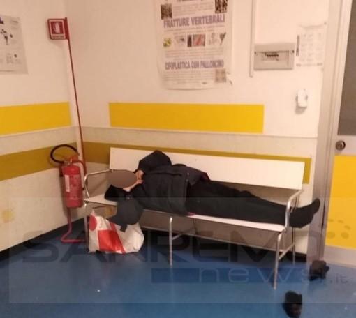"""Bordighera: uomo senza fissa dimora dorme e fa i suoi bisogni davanti a tutti al 'Saint Charles', l'Asl """"Stiamo facendo il possibile"""" (Foto)"""