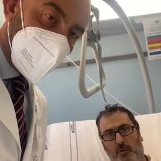 """Non vaccinato finisce in terapia intensiva al San Martino lancia l'appello """"Non fate come me"""" (Video)"""