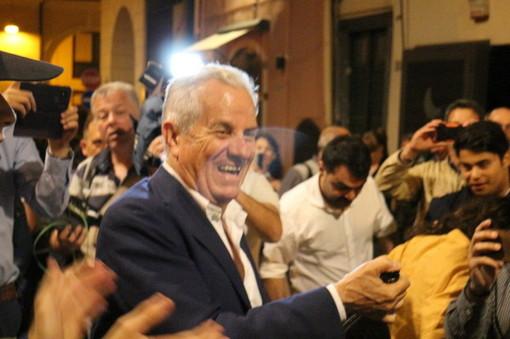Lui è tornato: la notte del neo Sindaco di Imperia Claudio Scajola in 15 fotografie, dall'attesa alla festa (Foto)