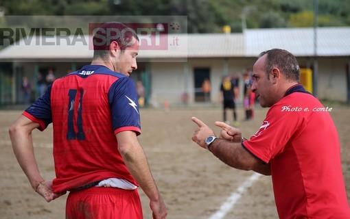 Carmelo Luci a colloquio con un suo giocatore: domani pomeriggio il Camporosso sfida nel derby il Don Bosco Valle Intemelia