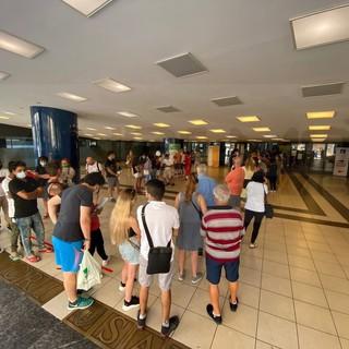 'Open night' per la vaccinazione: anche oggi Sanremo risponde presente, coda un'ora prima dell'inizio (Foto)