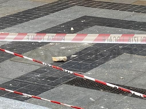 Sanremo: calcinacci in via Matteotti di fronte all'Upim, ingresso interdetto e zona transennata (Foto)