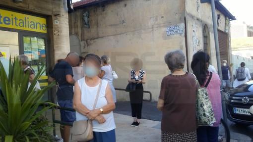 Sanremo: una sola cassa aperta su tre e lunghe code alle Poste della Foce, la protesta dei clienti (Foto)