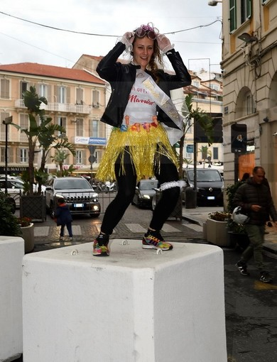 Sanremo: addio al nubilato con la danza sui 'cubi' di via Matteotti ieri sera nel centro città (Foto)