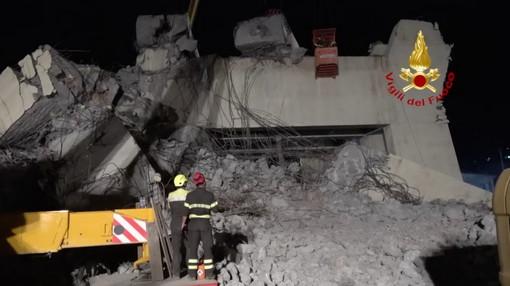 Crollo del ponte: sul Polcevera si scava, domani i funerali ma il futuro della viabilità è ancora da scrivere (Foto e Video)