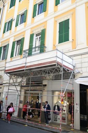 Sanremo: calcinacci pericolanti in via Matteotti, installata un'impalcatura in attesa dei lavori (Foto)