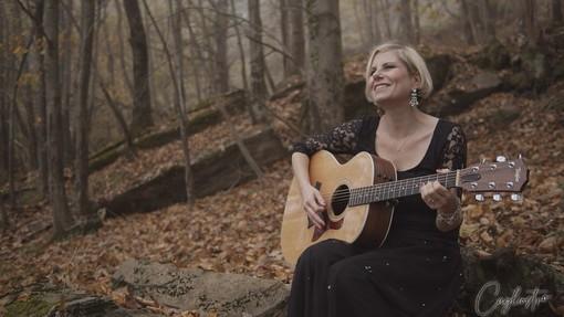 Chiara Ragnini: il nuovo videoclip della cantautrice genovese è un omaggio ai boschi di Rezzo