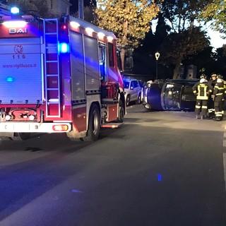 Bordighera: si capotta con l'auto sulla 'Romana', 23enne lievemente ferito portato in ospedale (Foto)
