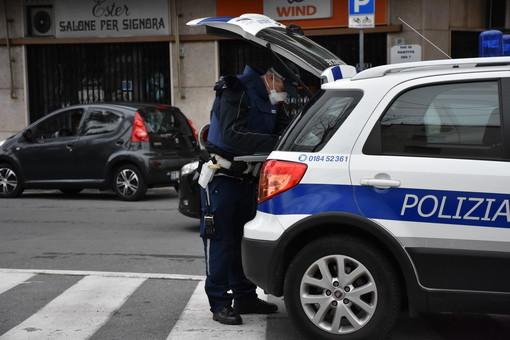 Sanremo: 46enne tossicodipendente tenta di scippare una donna, denunciata dalla Polizia Municipale