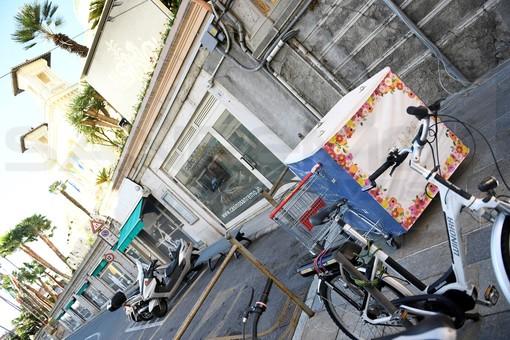 Sanremo: carrello della spesa abbandonato sotto il Casinò, lo scarso senso civico di qualcuno (Foto)