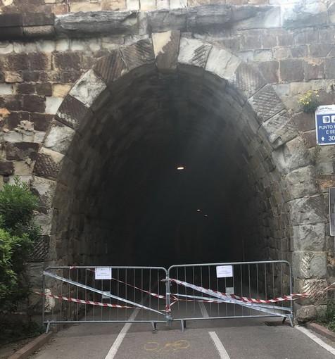 Sanremo: nonostante i divieti passavano ugualmente dalla galleria chiusa da ieri sulla ciclabile (Foto e Video)