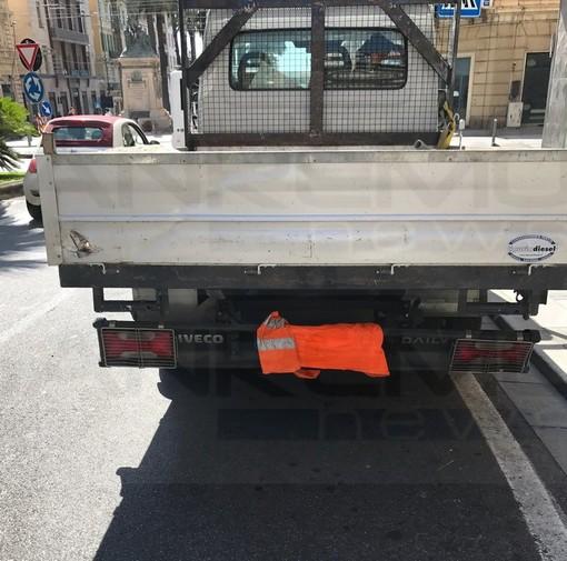 Sanremo: corso Mombello sempre più d'attualità, stamane 'pizzicato' furgone con la targa nascosta per evitare lo 'Street control' (Foto)
