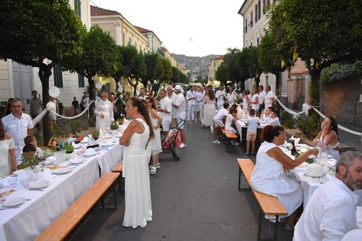 Diano Marina: normative anti Covid-19 non bloccano la 'Cena in Bianco', quest'anno si fa... a casa