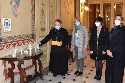 Sanremo: una statuina che raffigura un infermiere per il Presepe del Vescovo, oggi la consegna di Confartigianato