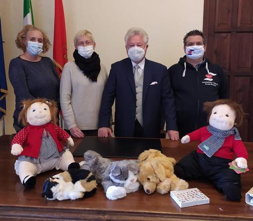 Ventimiglia: consegnate al Sindaco Scullino dall'Aceb le bambole terapeutiche per gli ospiti della Rsa San Secondo