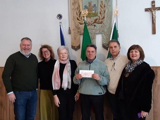 La consegna dell'assegno donato dal Rotary Imperia al sindaco Adorno, foto dal profilo facebook del Comune di Rezzo