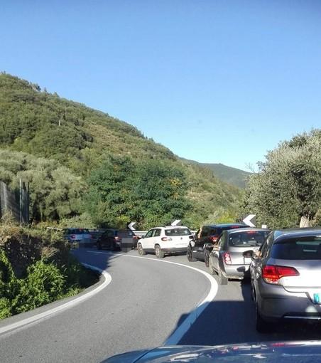 Pieve di Teco: ferragosto in coda per tanti turisti, statale 28 ancora paralizzata dai semafori