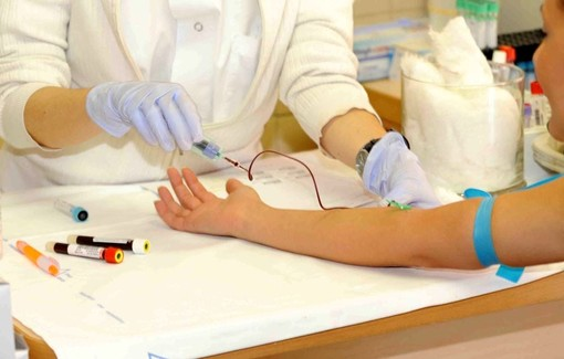 Sanità: possibilità di prenotare le analisi del sangue in farmacia o col numero verde